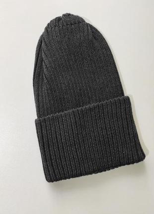 Серая шапка с высокой макушкой