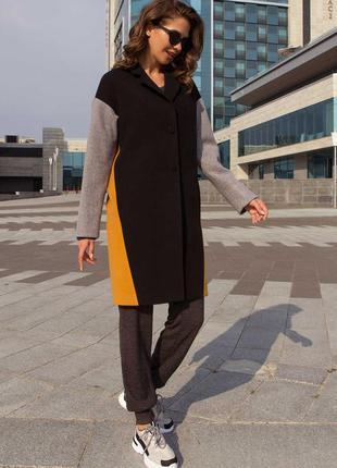 Демисезонное трехцветное кашемировое пальто прямого кроя.
