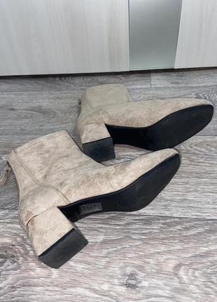 Стильные вилюровые ботильоны ботинки бежевого цвета 35 размер