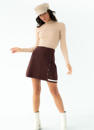 Стильная трикотажная юбка с пуговицами