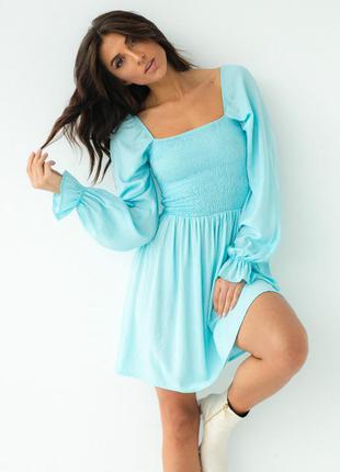 Яркое трендовое платье-резинка с длинными рукавами