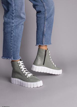 Ботинки женские кожаные цвета хаки на белой подошве
