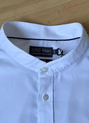 Белая рубашка с воротником-стойка.