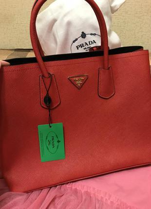 Супер шикарная сумка prada красного цвета. новая!
