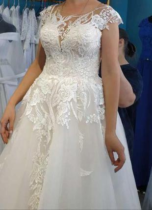 Весільна сукня з елементами вишивки
