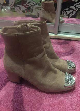 Нарядные ботильоны ideal shoes с камнями,цвет пудра!
