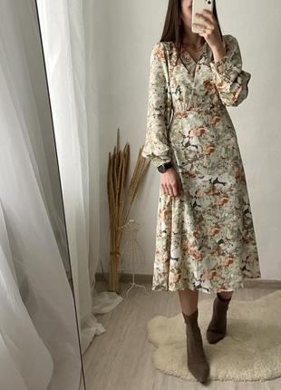 Нежное миди платье в принт, приятная к телу ткань, талия регулируется пояском