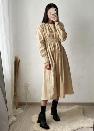 Стильное бежевое платье из хрустящего хлопка, шикарный крой, спущенные плечи и резиночка со сборкой в талии
