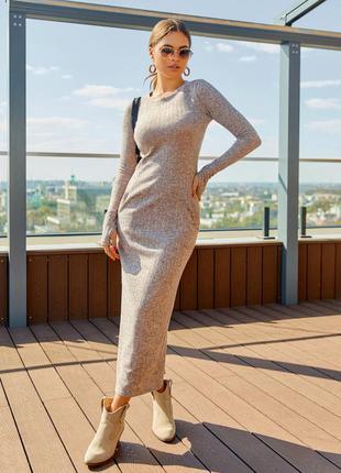 Трендовое бежевое фактурное платье с длиной в пол