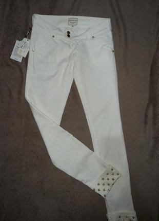 Крутые белые стрейчевые женские штаны джинсы