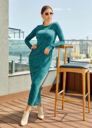 Трендовое зеленое фактурное платье с длиной в пол
