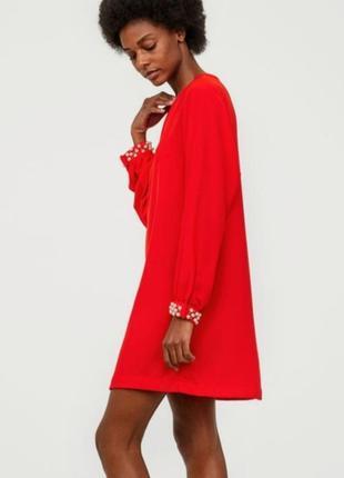 Яркое платье мини h&m с жемчужинами на рукавах.