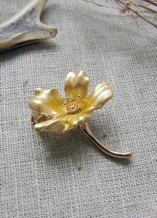Элегантная маленькая брошь желтый цветок с эмалью брошка с цветком. цвет желтый золото