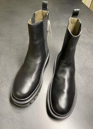 Стильные ботинки zara с серо-чёрной подошвой