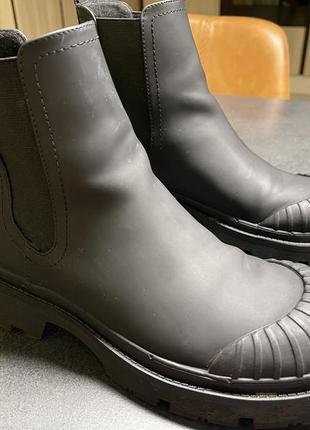 Очень стильные и актуальные в этом сезоне резиновые ботинки zara