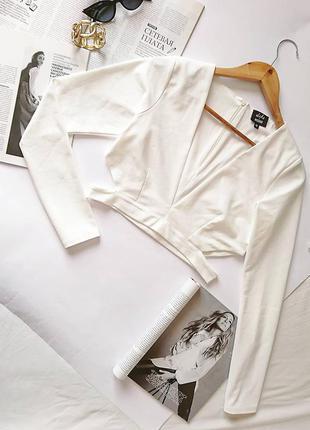 Шикарний фактурний молочний кроп-топ/кофта/блуза з вирізами missguided, на р. s