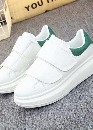 Белые женские кроссовки на двух широких липучках с зеленым задником