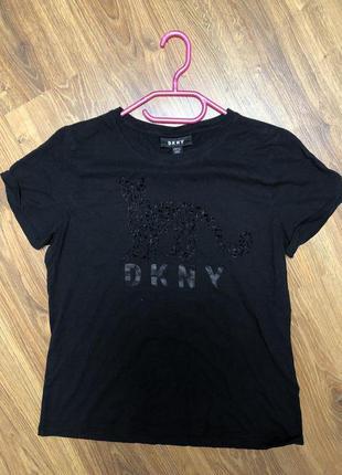 Черная футболка с принтом dkny