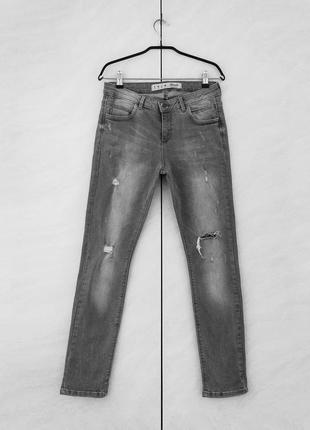 Серые рваные джинсы с потёртостями дырками