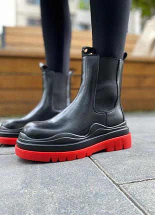 Трендові жіночі чобітки з яскравим акцентом