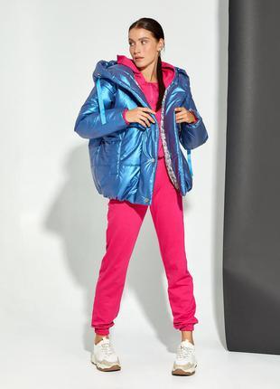 Синяя объемная куртка с капюшоном