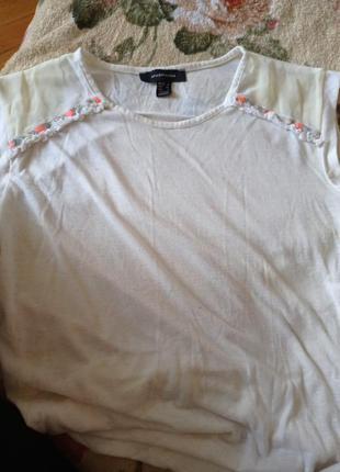 Молочная футболка с с рукавами с подкатами со вставками