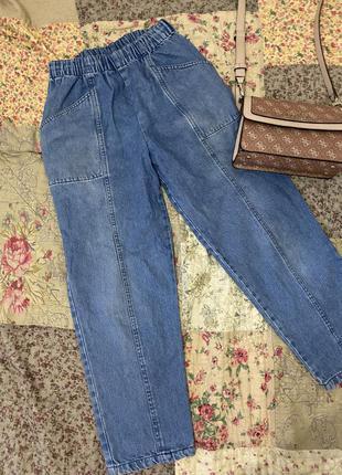 Укорочённые джинсы.
