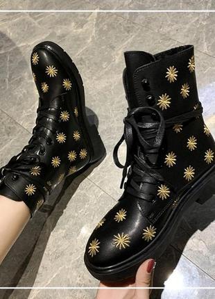 Ботинки черные с вышитыми цветочками