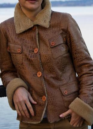 Коричневая короткая стриженная куртка-дубленка
