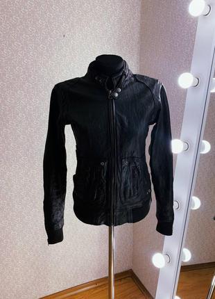 Женская короткая черная кожаная куртка косуха