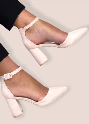 Туфли лодочки бежевые на каблуке с ремешком