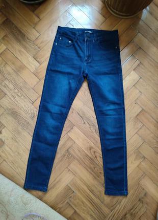 Синии молодежные джинсы мужские зауженные