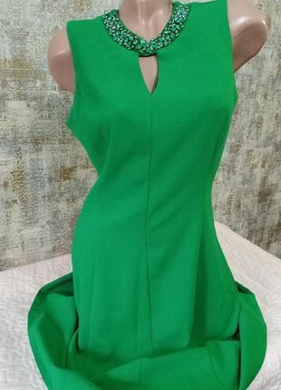 Красивое, зелёное платье с декоративным украшением  s-m dorothy perkins