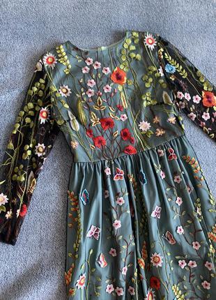 Розкішна сукня з вишивкою