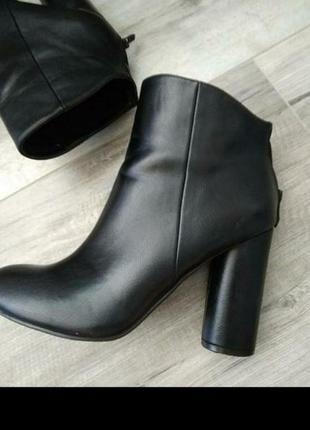 Шкіряні черевики з круглим каблучком