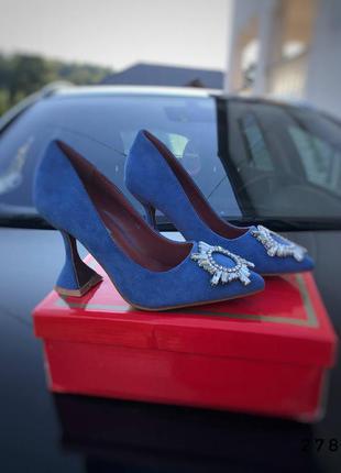 Туфли на каблуке с брошкой, синие, экозамша
