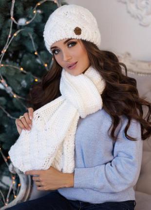 Белый зимний комплект, набор шапка на флисе и шарф