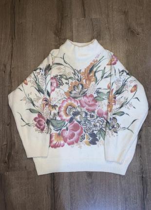 Красивый актуальный тёплый свитер оверсайз в цветочный орнамент
