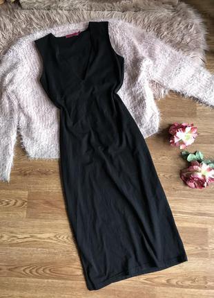 Чёрное платье по фигуре с вырезом(s)8