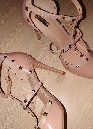 Бежевые туфли лодочки