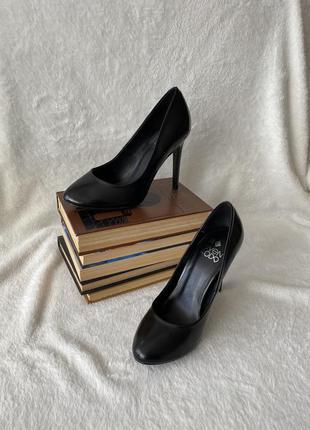 Чёрные классические туфли на каблуке