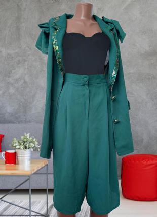 Костюм, шорты бермуды, пиджак жакет без рукав, изумруд , цвет хит 2021
