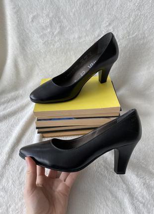 Чёрные кожаные туфли на низком каблуке alpina