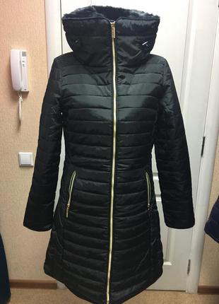 Стильное демисезонное  пальто на синтепоне черное с капюшоном и меховым высоким воротником