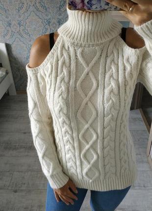 Красивый нежный тёплый свитер с вырезами