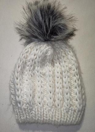 Вязаная  шапка без отворота с серым бубоном. белая шапка. вязаная шапка