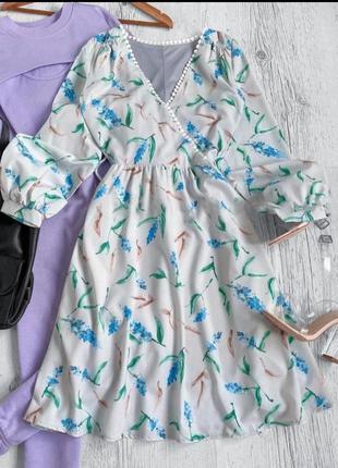 Короткое платье молочного цвета с голубым цветочным принтом