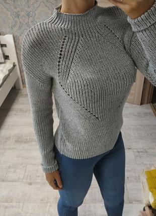 Стильный базовый свитер под горло