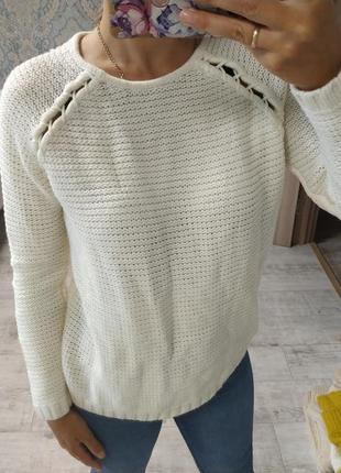 Стильный нежный свитер цвета айвори