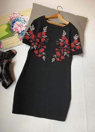 Платье чёрное boohoo в цветах с вышивкой по фигуре офисное нарядное осеннее